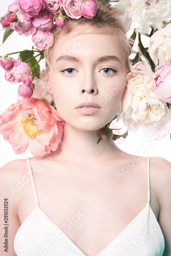 In de dag womenART Young beautiful woman with bouquet of roses. Professional art makeup.