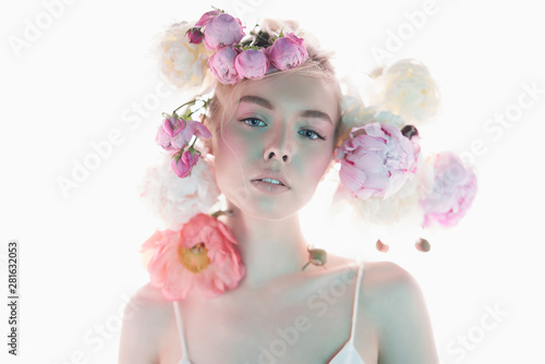 Photo sur Aluminium womenART Young beautiful woman with bouquet of roses. Professional art makeup.