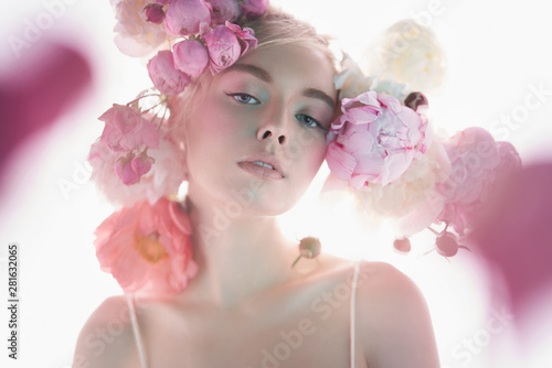 La pose en embrasure womenART Young beautiful woman with bouquet of roses. Professional art makeup.