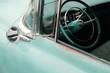 Lenkrad eines amerikanischen Auto der Fünfzigerjahre in zeitgenössischem Türkis bei den Golden Oldies in Wettenberg