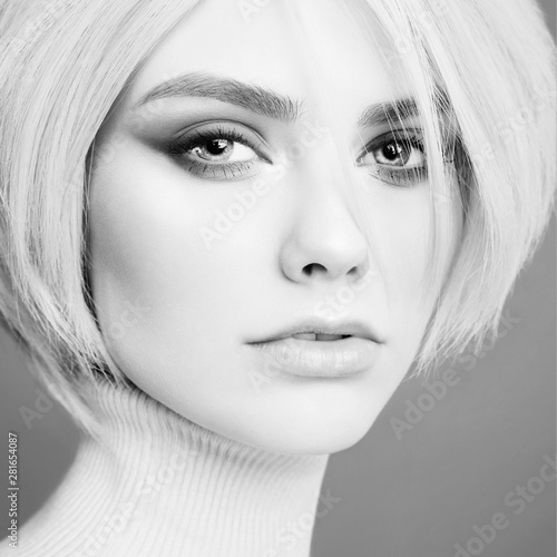 Tuinposter womenART Young beautiful blonde with retro hairstyle