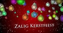 Elegante Rode Gradiënt 3D Samengesteld Achtergrond Met Drijvende Kleurrijke Boomornamenten En Dalende Sneeuw. Camera Draait Rond Om De Woorden Zalig Kerstfeest Te Onthullen.