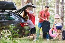 Kinder Helfen Eltern Beim Gepäck Tragen