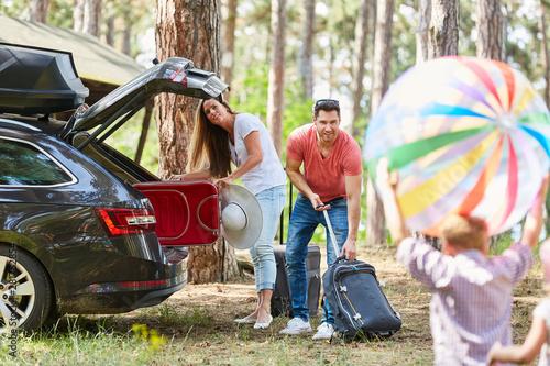 Fotografie, Obraz  Eltern packen Gepäck in den Kofferraum