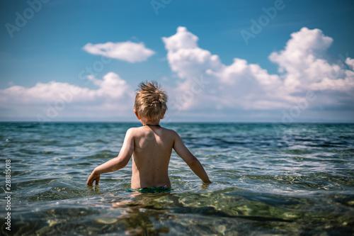 Fotografie, Tablou  Junge im Meer