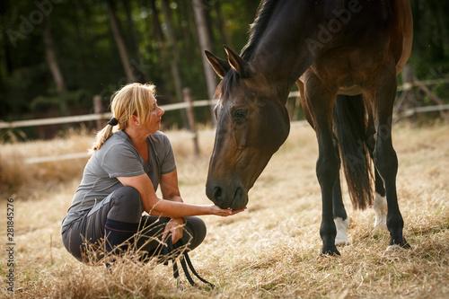 Fotografiet  Frau mit Pferd auf der Weide