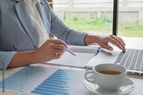 Cuadros en Lienzo  business leader woman analyzing the charts and graphs for the new goal