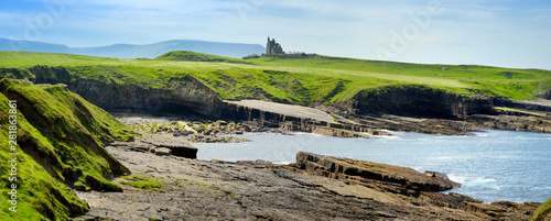 Spectacular view of Mullaghmore Head with huge waves rolling ashore Fotobehang