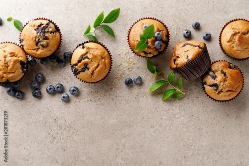 Poster de jardin Boulangerie Blueberry muffins with fresh berries, top view
