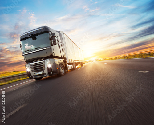 Fotomural  European truck vehicle with dramatic sunset light
