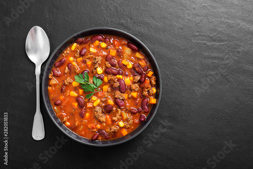 Deurstickers Hot chili peppers Traditional mexican dish chili con carne with minced meat and red beans.
