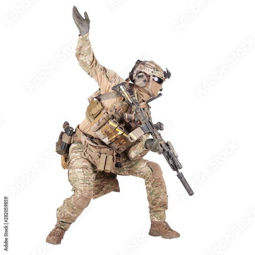 Foto  Army soldier going in attack isolated studio shoot