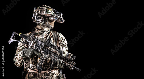 Fotomural  Soldier in night vision device on black background