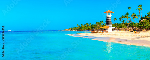 Fotografia Panoramic view of the tropical beach with lighthouse in Dominican Republic