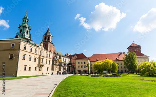 Foto op Plexiglas Oude gebouw Wawel castle yard with lawn, panoramic view