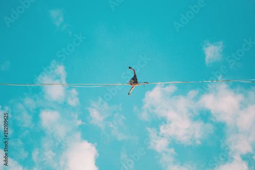 Fotografia Highliner on the background of blue sky.