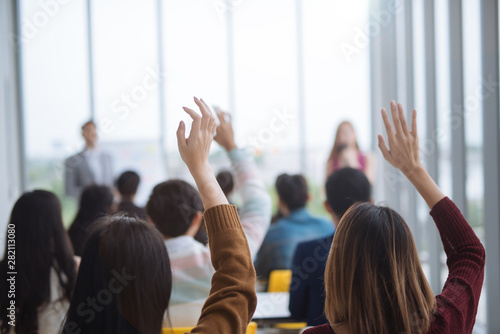 Crédence de cuisine en verre imprimé Kiev Raised up hands and arms of large group in seminar class room to agree with speaker at conference seminar meeting room