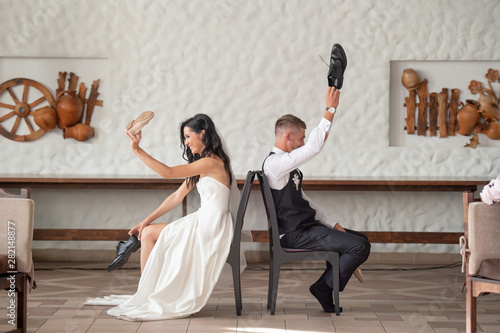 Carta da parati Funny wedding couple having fun at restaurant