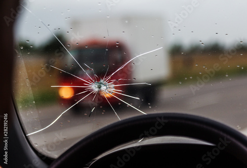 Photo Broken windshield of a car