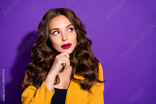 Fotografía  Photo of pensive pondering attractive woman planning development of her company