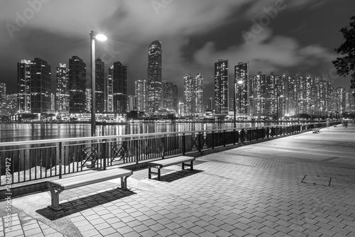 Cuadros en Lienzo Seaside Promenade and skyline of Harbor in Hong Kong city at night