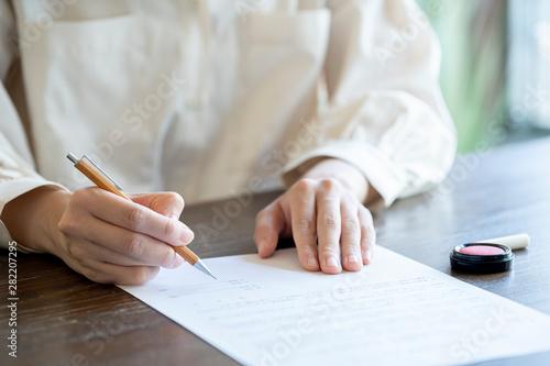 Fotografía  書類に記名する女性の手元
