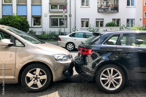 Zugeparktes Auto im Stadtviertel Fototapeta