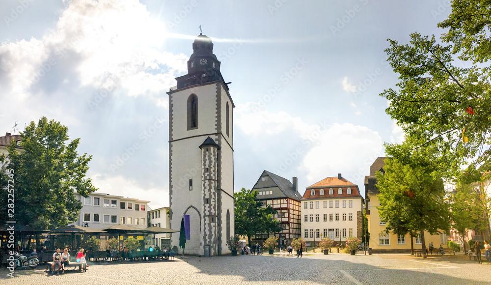 Fototapety, obrazy: Kirchplatz mit Kirchturm, Giessen, Deutschland