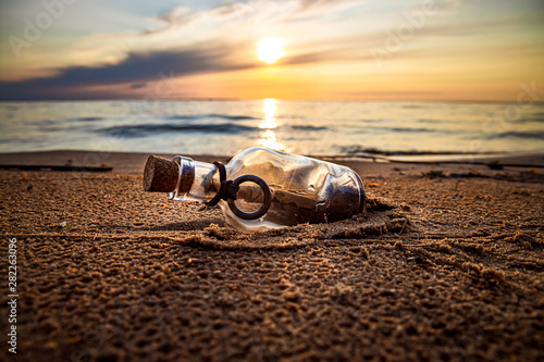 mata magnetyczna Message in the bottle against the Sun setting down