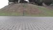 Brukowa droga w widoku z chodnika