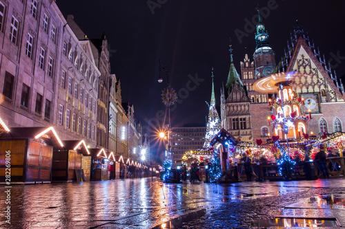 Stampa su Tela  Christmas fair in Wroclaw at night. Poland