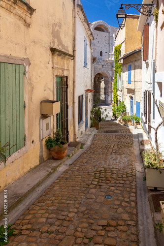 Photographie Arles. Old narrow street in the historic center of the city.