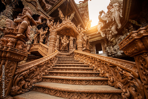 Leinwanddruck Bild - BUSARA : The Sanctuary of Truth Museum is a gigantic all wood construction located at the relaxing Rachvate cape of Naklua Pattaya City.