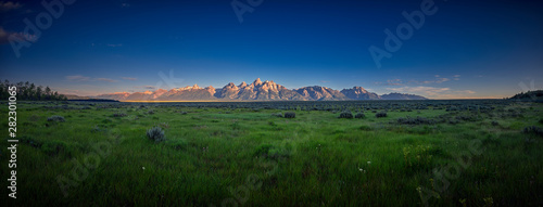 Fotomural Panoramic view of early sun rays on the Grand Teton mountain range