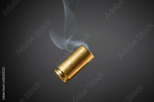 Fotografia smoking bullet casing tumbling
