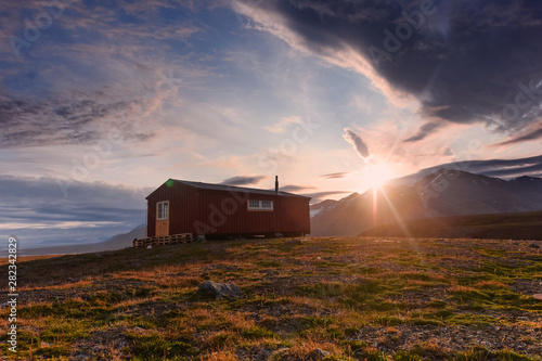 Foto auf AluDibond Dunkelbraun Wallpaper norway landscape nature of the mountains of Spitsbergen Longyearbyen Svalbard on a flowers polar day with arctic summer in the sunset