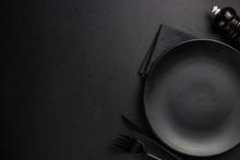 Black Setting: Plates, Linen N...