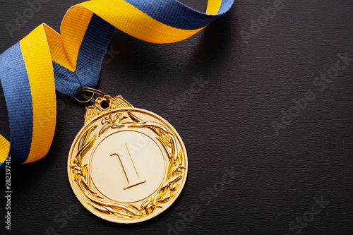 Fotomural Champion or first placed winner gold medallion