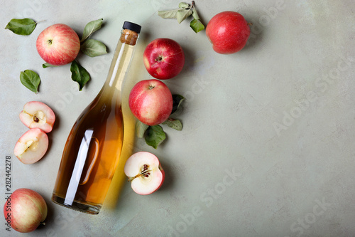 Photographie Apple cider vinegar and fresh apples, flat lay, space for your text
