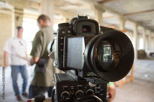 Photo Camera vidéo et vidéaste avec son assistant regardant son script avant le tourna
