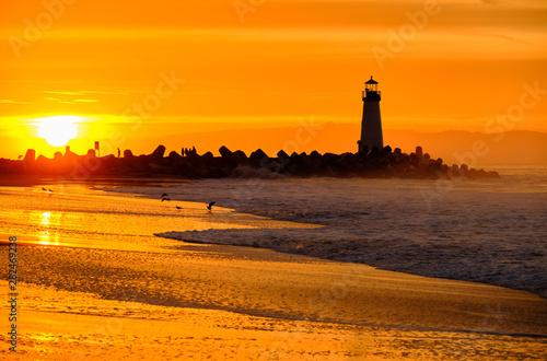 Montage in der Fensternische Rotglühen Santa Cruz Breakwater Light (Walton Lighthouse) at sunrise, Pacific coast, California, USA