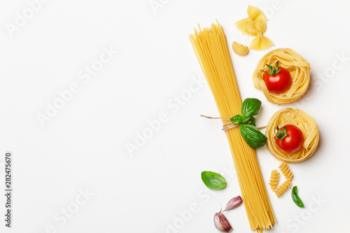 Cuadros en Lienzo  Various uncooked pasta on white background