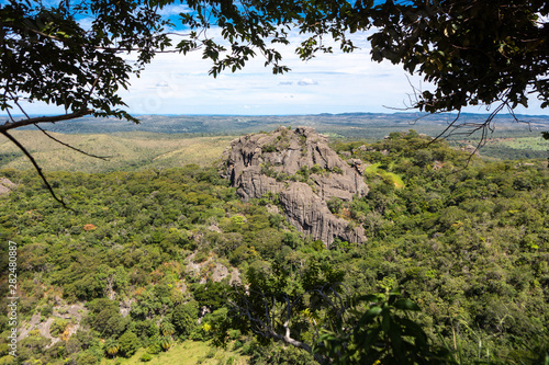 Photo Beautiful aerial view of Serra do Cipo in Minas Gerais with forests and rock mountains in sunny summer day with blue sky