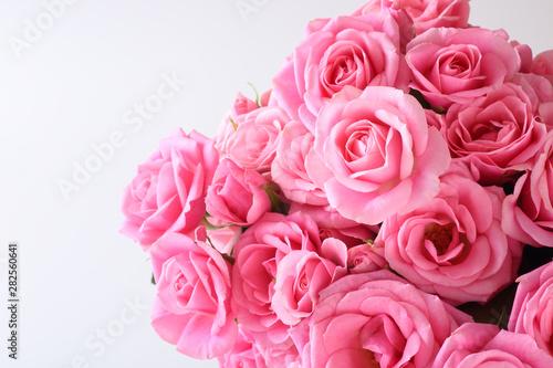 白背景にピンクの花束 - 282560641