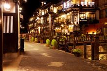夜の銀山温泉の通り