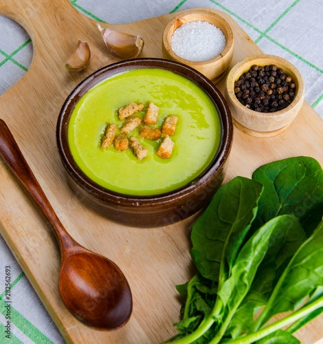 Foto auf AluDibond Orte in Europa Spinach soup served on wooden board