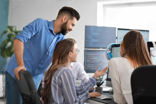 Fotografia  Team of programmers working in office