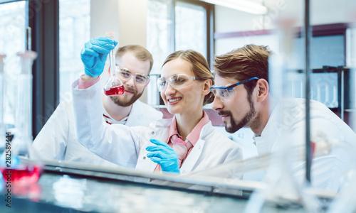 Leinwanddruck Bild - Kzenon : Scientific Chemists synthesizing a new compound