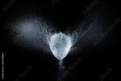 Foto  balloon explosion filled with water at the exact moment of the explosion