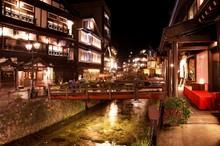 夏の夜の銀山温泉街